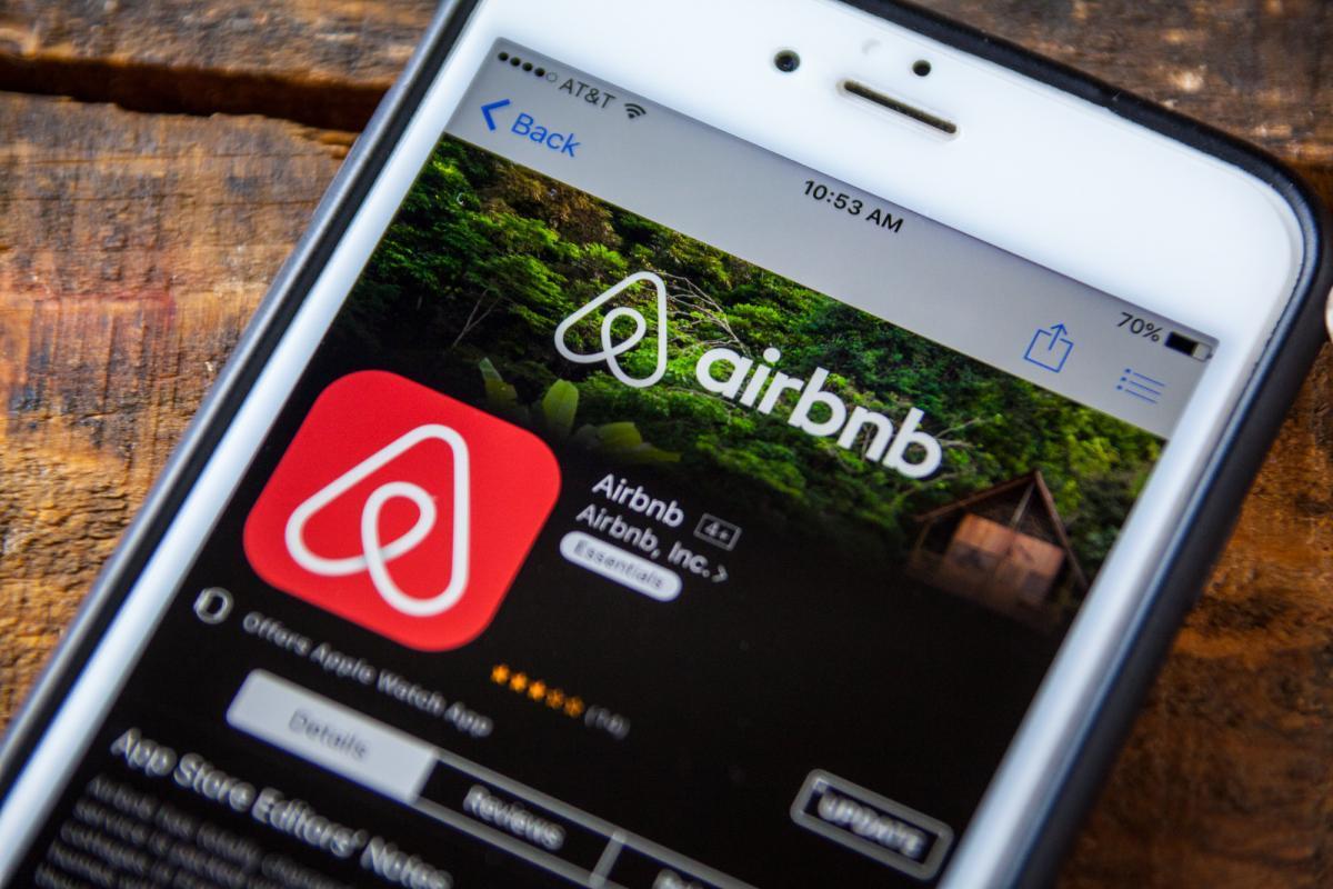"""Airbnb přijímá vážné škody v důsledku epidemie """"Založení společnosti trvalo 12 let a během několika týdnů jsme ztratili téměř všechno""""Uvedl Brian Chesky."""