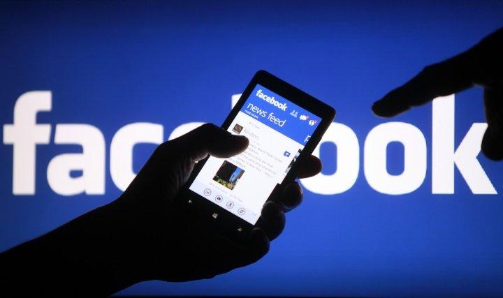 Facebook může automaticky přehrávat videa hlasem