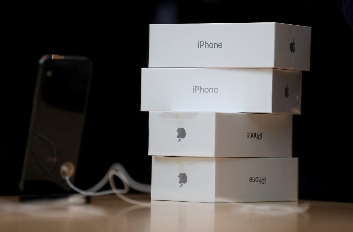 IPhone 12 také neobsahuje další nabíječku ve své krabici - již neočekávejte novou nabíječku a náhradní díly pro sluchátka v krabici nového iPhone 12.