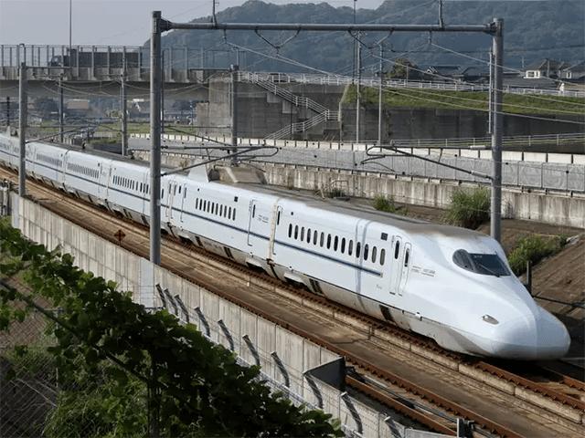 Japonsko uvedlo na trh vysokorychlostní vlak, který funguje i při zemětřesení. Nový model Shinkansen se může pohybovat rychlostí 360 kilometrů za hodinu.