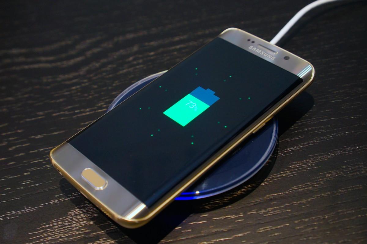 Společnost Samsung již nebude přidávat nabíječky na některé smartphony. Samsung tak bude moci udržet nízkou cenu svých zařízení.